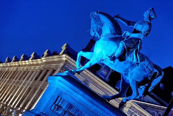 """Statue de Jeanne d'Arc - Journée """"bleue"""" dédiée à l'autisme"""