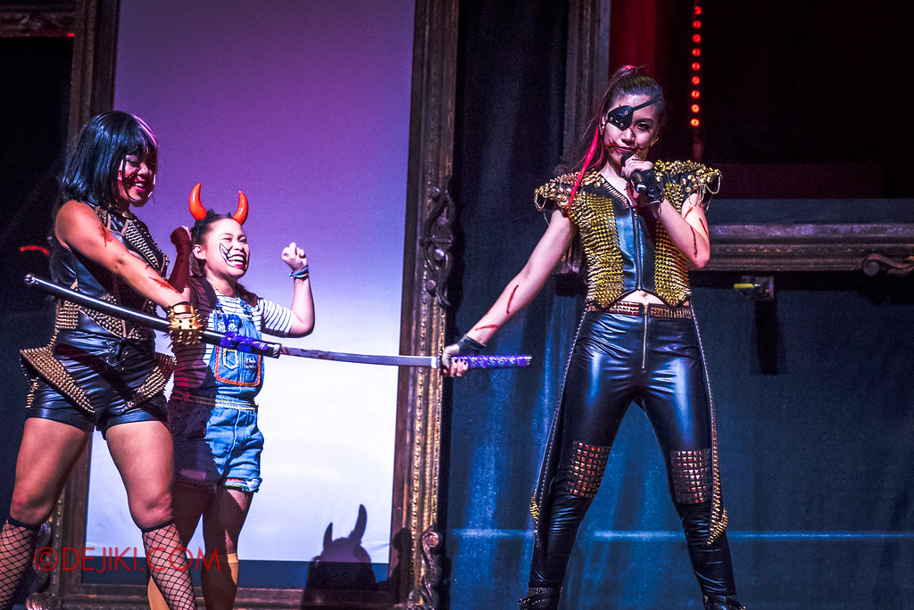 Halloween Horror Nights 7 - Slice of Life Tour live concert show / Grabbing a Katana