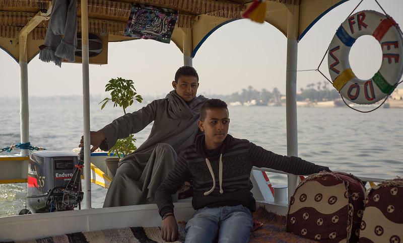 Cruzando el Nilo en motorboat hacia Karnak