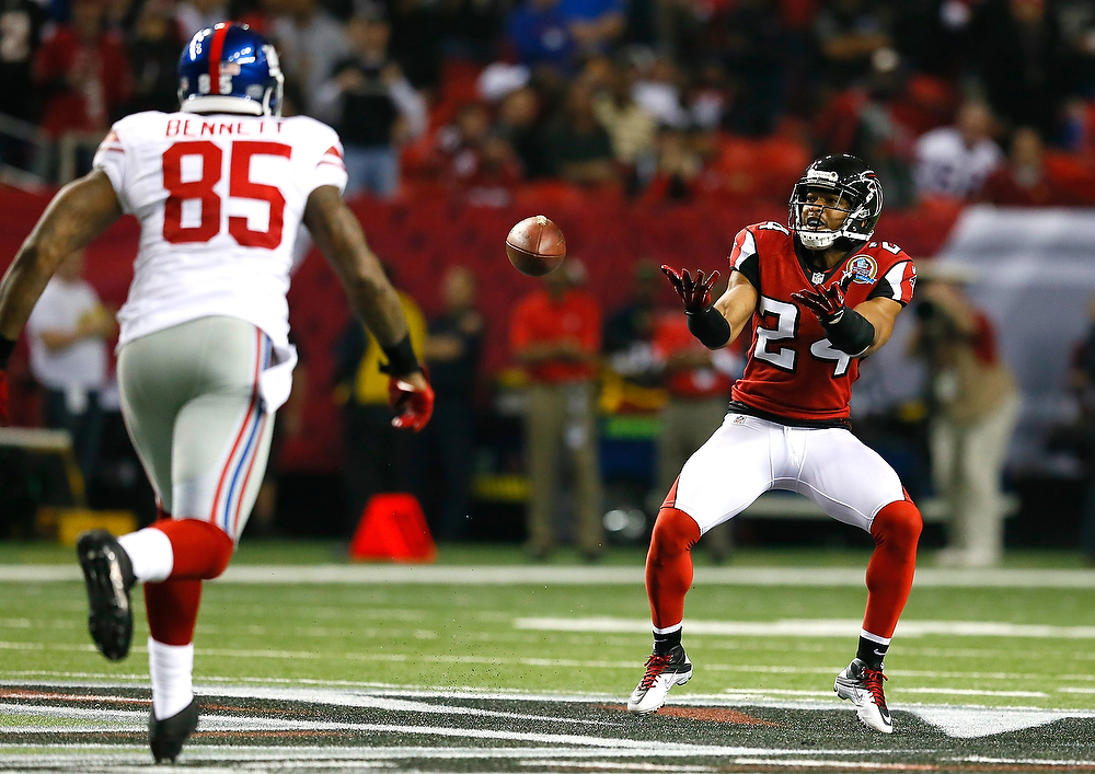 Description of . Chris Hope #24 of the Atlanta Falcons scoops up a fumble by the New York Giants at Georgia Dome on December 16, 2012 in Atlanta, Georgia.  (Photo by Kevin C. Cox/Getty Images)