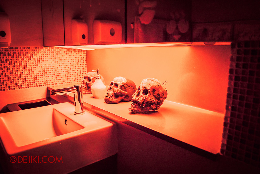 Halloween Horror Nights 6 - RIP Tour review / VIP Reception Haunted Hospital 2016 decor in restrooms