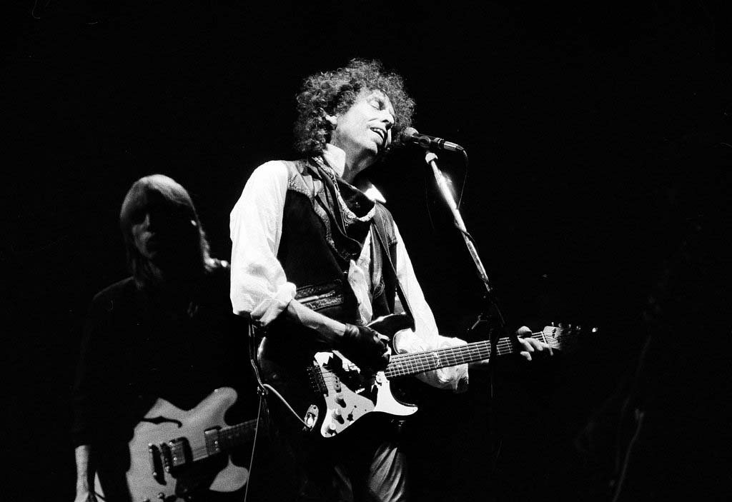 ". Singer/songwriter Bob Dylan opens his ""True Confessions\"" tour in the San Diego Sports Arena to a sold-out house of about 17,000, June 9, 1986.  It is Dylan\'s first U.S. tour since 1981.  Also appearing with Dylan is Tom Petty and the Heartbreakers.  (AP Photo/Howard Lipin)"