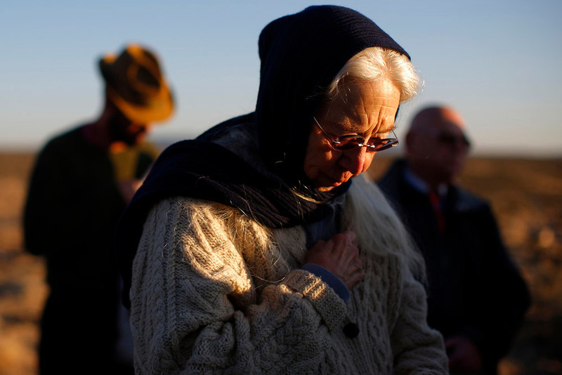 . Congregants pray during a sunrise Easter service sponsored by El Pueblito United Methodist Church in El Prado, New Mexico March 31, 2013.  REUTERS/Brian Snyder