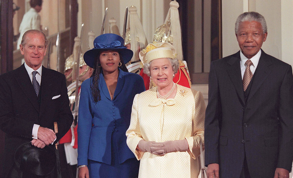 . Britain\'s Queen Elizabeth poses with South African President Nelson Mandela, his daughter, Princess Zenani, and Prince Philip, at Buckingham Palace in London Tuesday July 9, 1996. President Mandela is in the United Kingdom on a four-day state visit.(AP Photo/John Eggit/POOL)