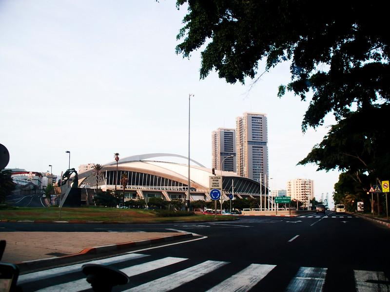 """Kongresové centrum v Santa Cruz, za ním budovy Torres de Santa Cruz, nejvyšší """"dvojčata"""" ve Španělsku"""