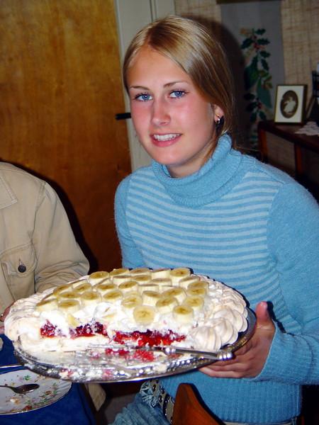 Karine med kake Spindsodden mai 2002.JPG