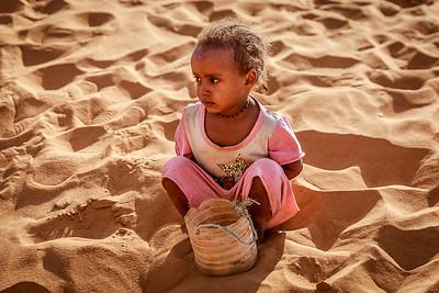Kind im Sand vor einer Pyramide, Meroe West