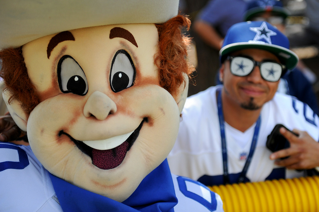 . Rowdy, the Dallas Cowboys mascot, works the sidelines at the Cowboys-Raiders practice in Oxnard, Wednesday, August 13, 2014. (Photo by Michael Owen Baker/Los Angeles Daily News)