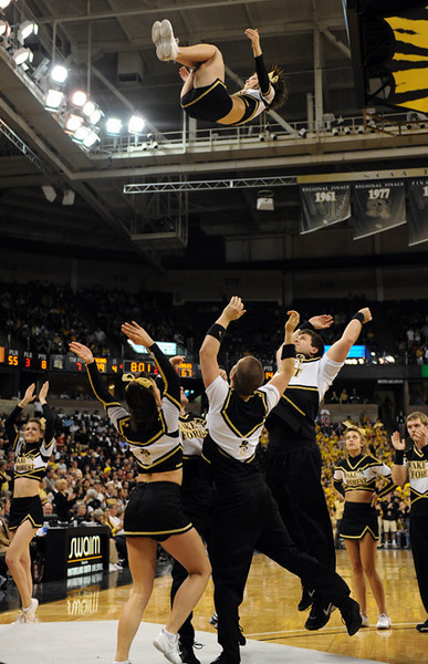 Cheerleader back flip 02.jpg
