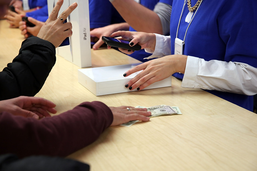 . People buy the new Apple iPad Air at the Apple Store on November 1, 2013 in New York City.  (Photo by Spencer Platt/Getty Images)