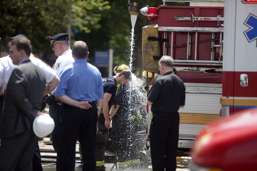. A firefighter cools down during a  search for victims inside buildings that collapsed in an apparent accident at a demolition site, at 22nd and Market Streets, June 5, 2013 in Philadelphia, Pennsylvania. (Photo by Jessica Kourkounis/Getty Images)