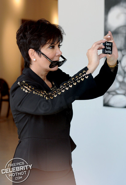Kris Jenner Is The Queen F***ing Everything As Kendall Jenner Shows Off Giraffe Phone Case
