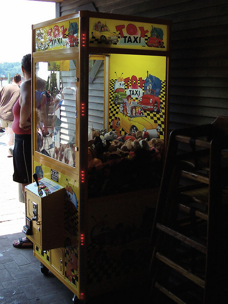 In the Sons of Liberty Tavern (my favorite attraction at Canobie Lake Park), there's a new claw game.