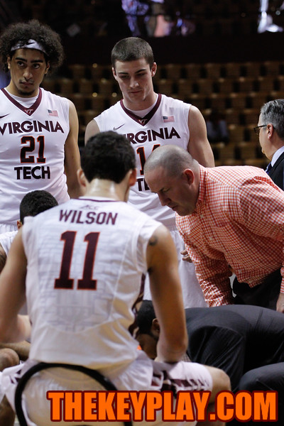 Buzz Williams sits down with his team during a media timeout. (Mark Umansky/TheKeyPlay.com)