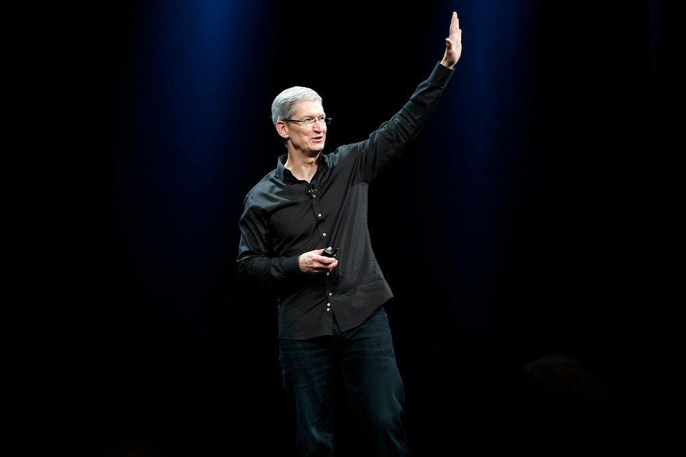 . Apple Inc. CEO Tim Cook waves to the crowd during the Apple Worldwide Developers Conference (WWDC) 2013 in San Francisco, California June 10, 2013. REUTERS/Stephen Lam