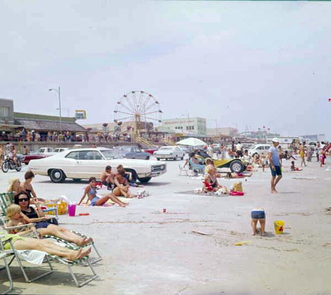 1973-crowded beach day.jpg