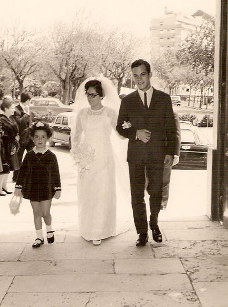 Lisboa. TEREZA MISSENO GRILO E ANTÓNIO Entrada na Igreja de Carnide acompanhada pelo Jorge Mendonça Santos, o padrinho.