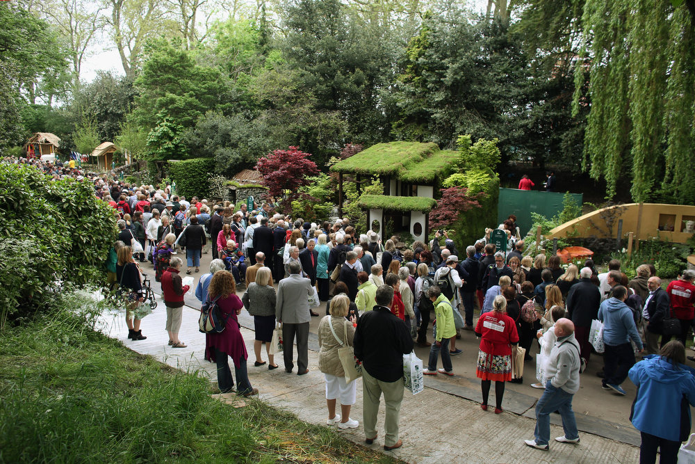 . Visitors admire the gardens along Serpentine Walk of the RHS Chelsea Flower Show on May 21, 2013 in London, England. The Chelsea Flower Show run by the RHS celebrates its 100th birthday this year.  (Photo by Oli Scarff/Getty Images)