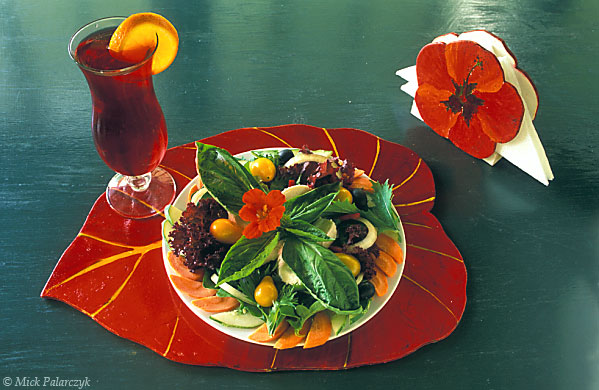 [ANTILLES.SABA 25.494] 'Colourful salad.' A colourful salad has been created with vegetables and flowers which grow around the restaurant of the Ecolodge, a small hotel on the southern slope of Mt. Scenery. Photo Mick Palarczyk.