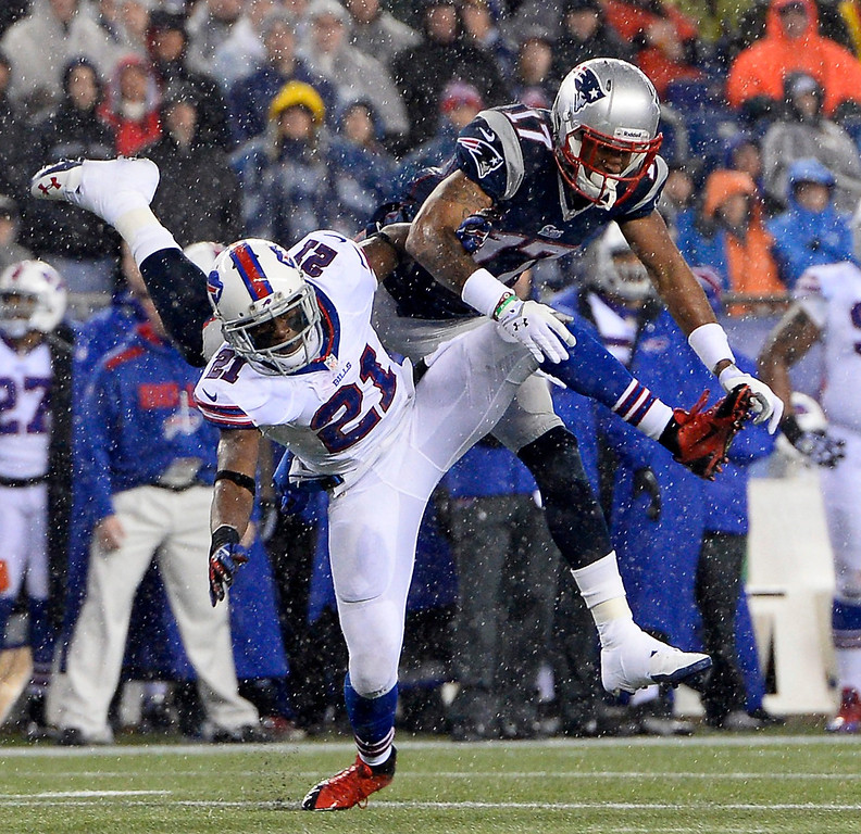 . New England Patriots wide receiver Aaron Dobson (R) and Buffalo Bills cornerback Leodis McKelvin (L) collide while reaching for the ball during the first quarter at Gillette Stadium in Foxborough, Massachusetts, USA 29 December 2013.  EPA/CJ GUNTHER