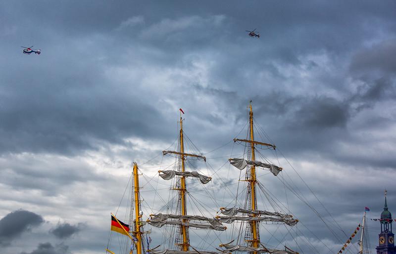 Hamburg Hafengeburtstag 2 Polizeihubschrauber und die Masten der Gorch Fock