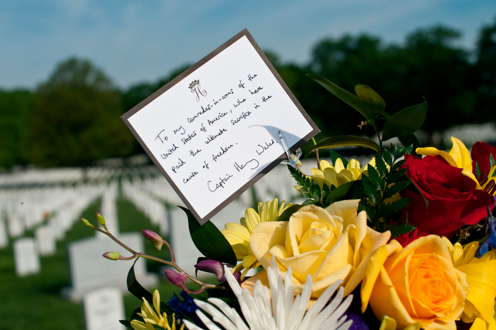 . A card from Britain\'s Prince Harry is pictured as part of a wreath that the prince will place at Section 60 of Arlington National Cemetery, where veterans of the wars in Iraq and Afghanistan are buried, in Virginia May 10, 2013. The prince is in the U.S. for a six-day visit.    REUTERS/Nicholas Kamm/Pool