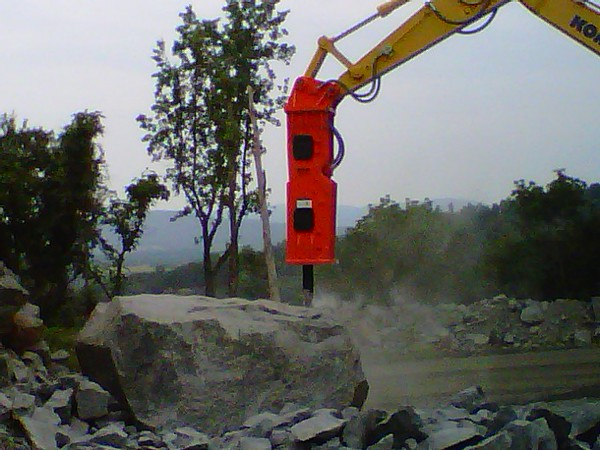 NPK GH18 hydraulic hammer on Komatsu excavator at Rish (8).jpg