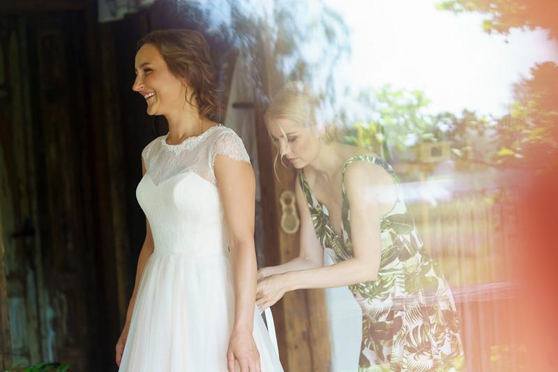 Alise&Andris-Gettingready-73.jpg
