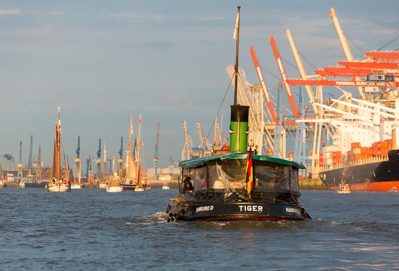 Dampfschiff Tiger auf der Elbe mit schöner Sonne in Hamburg