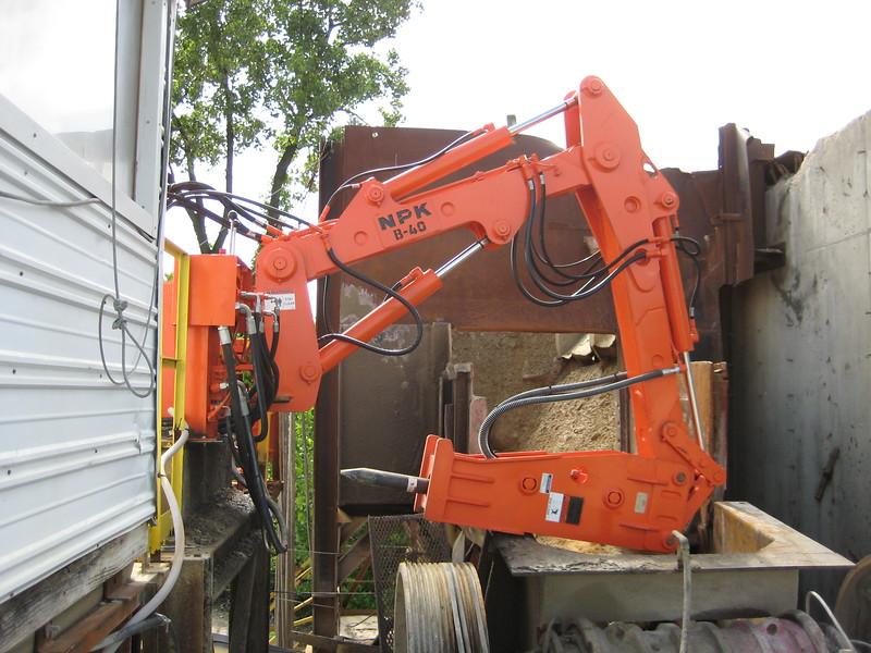 NPK B040 pedestal boom system with GH4 hydraulic hammer-recycling(2).jpg