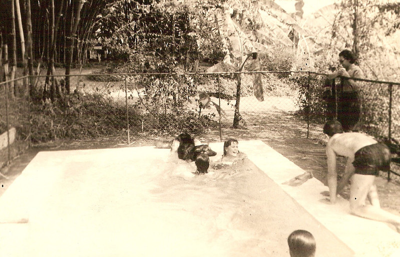 Piscina nos Cavalos Maria Adelaide Vitor Santos, e filha Tininha De gatas: Jorge Eduardo Almeida Santos? (neto do Martinez)