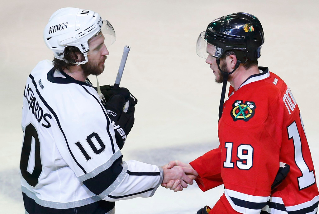 . Chicago Blackhawks\' Jonathan Toews (R) shakes hands with Los Angeles Kings\' Mike Richards after the Blackhawks defeated the Kings in Game 5 of their NHL Western Conference final hockey playoff series in Chicago, Illinois, June 8, 2013. REUTERS/Jim Young