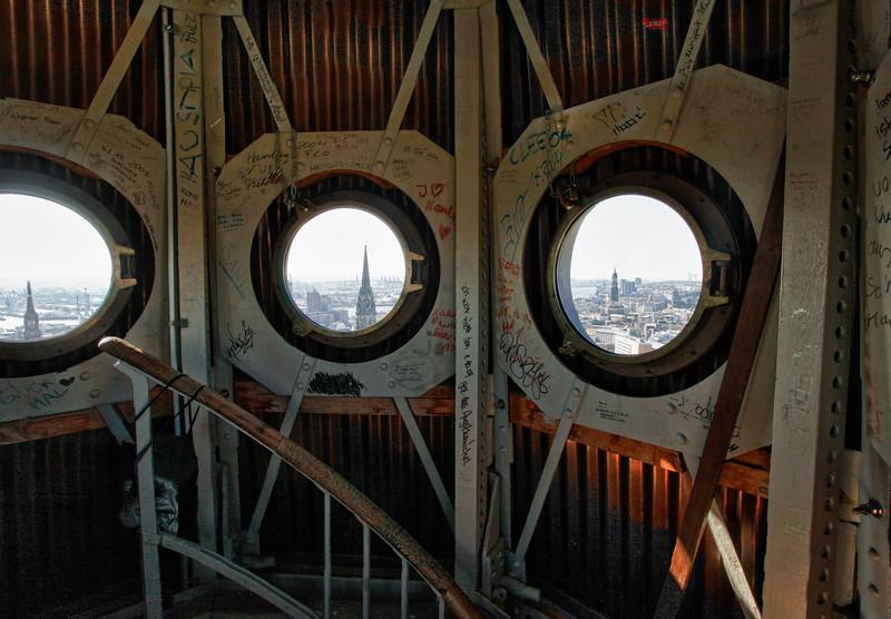 Sankt Petri Kirche Turm Ausblick durch die Fenster Hamburg