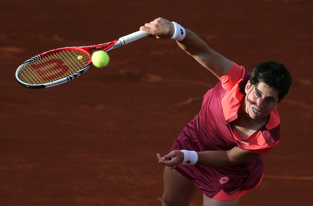 . Carla Suarez Navarro of Spain serves to Sara Errani of Italy during their women\'s singles match at the French Open tennis tournament at the Roland Garros stadium in Paris June 2, 2013. Suarez Navarro lost the match to Errani.  REUTERS/Stephane Mahe