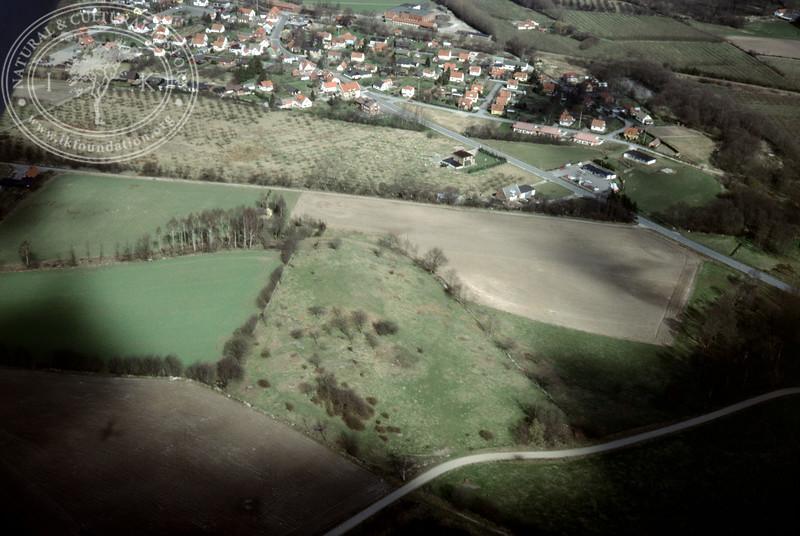 Vitaby [Grevlunda] landscape (Pengakillan) west motte [Borgvallen] (2 April, 1989). | LH.0427