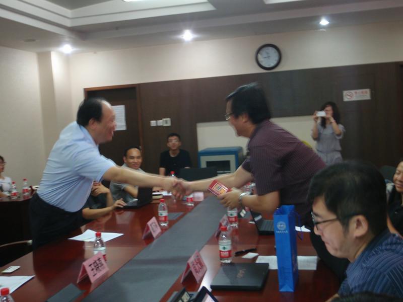 圖3中國農業大學信電學院高萬林院長與本中心周天穎主任相互握手致意.JPG