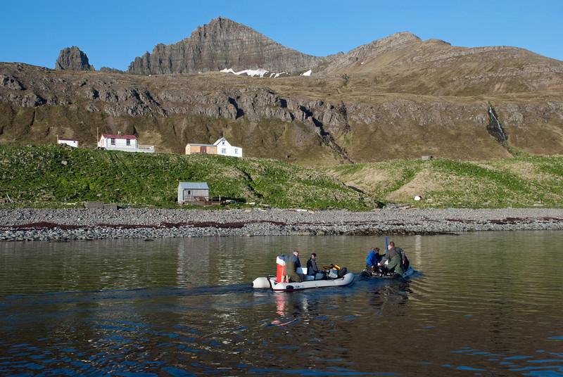 Hornvík - Horn. Hagerupshjáleiga (gufubaðið), Stígshús og Frímannshús. Sjávarhúsið í fjörunni. 2010.