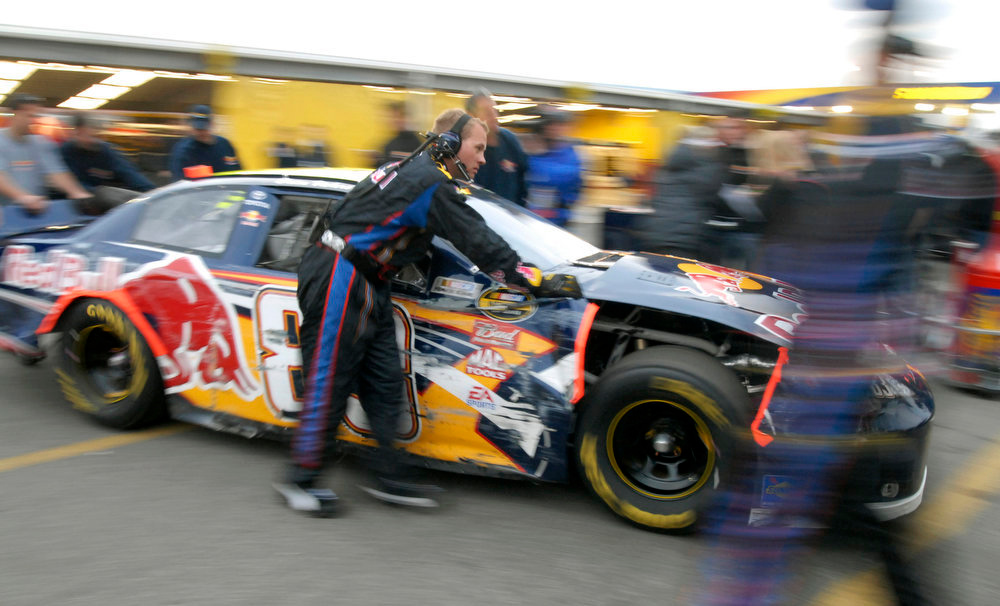 Description of . Brian Vickers' car is pushed through the garage area after he was involved in a wreck in the second Gatorade Duel qualifying race at Daytona International Speedway in Daytona Beach, Fla., Thursday, Feb. 15, 2007, for Sunday's NASCAR Daytona 500 auto race. (AP Photo/Paul Kizzle)