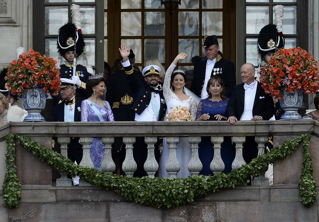 . Sweden\'s Princess Sofia (3rd R) together with Sweden\'s Prince Carl Philip (3rd L) wave to the crowd after their wedding ceremony next to the bridegroom\'s parents Sweden\'s King Carl XVI Gustaf (L) and Sweden\'s Queen Silvia (2nd L) and the bride\'s parents  Marie Hellqvist (2nd R) and Erik Hellqvist at Stockholm Palace on June 13, 2015. AFP PHOTO / JONATHAN NACKSTRAND/AFP/Getty Images