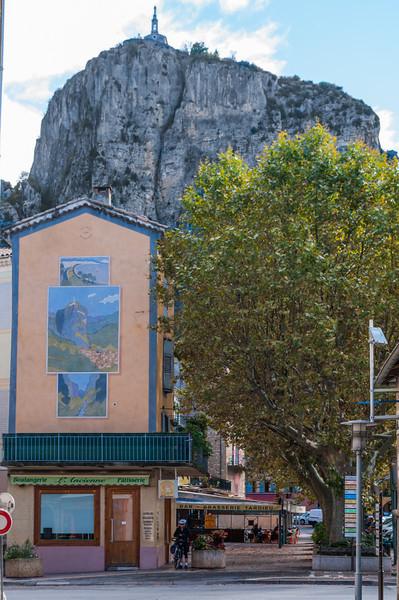Notre-Dame du Roc på bergstoppen i Castellane
