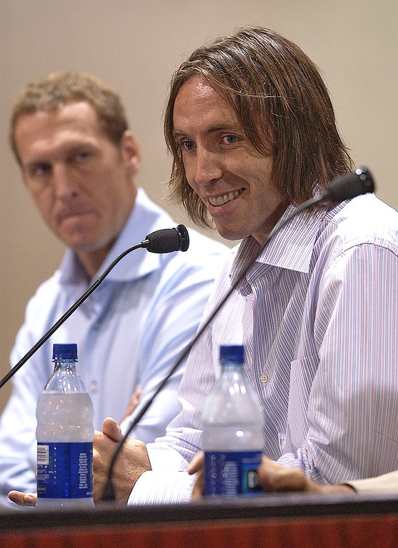 . Newly aquired Phoenix Suns guard Steve Nash, right, speaks as Suns\' President Bryan Colangelo listens Wednesday, July 14, 2004 at America West Arena in Phoenix. Nash, who was originally signed by the Suns in 1996, returns to Phoenix after spending six seasons in Dallas. (AP Photo/Matt York)