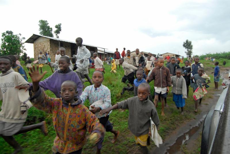 070115 4542 Burundi - School children on the road to Rutana _E _L ~E ~L.JPG