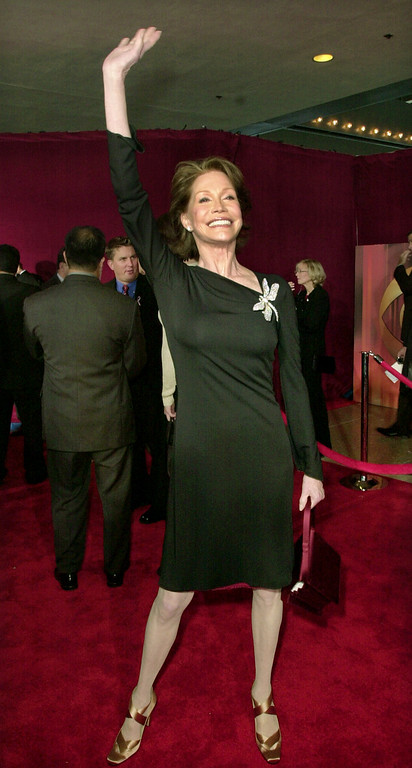 . Actress Mary Tyler Moore waves as she arrives for the 53rd annual Primetime Emmy Awards at the Shubert Theatre on Sunday Nov. 4, 2001, in Los Angeles. (AP Photo/Kim D. Johnson)