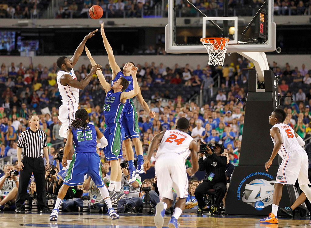 . Florida Gators center Patric Young (L) shoots over Florida Gulf Coast Eagles forward Eddie Murray (23) during the first half in their South Regional NCAA men\'s basketball game in Arlington, Texas March 29, 2013. REUTERS/Mike Stone