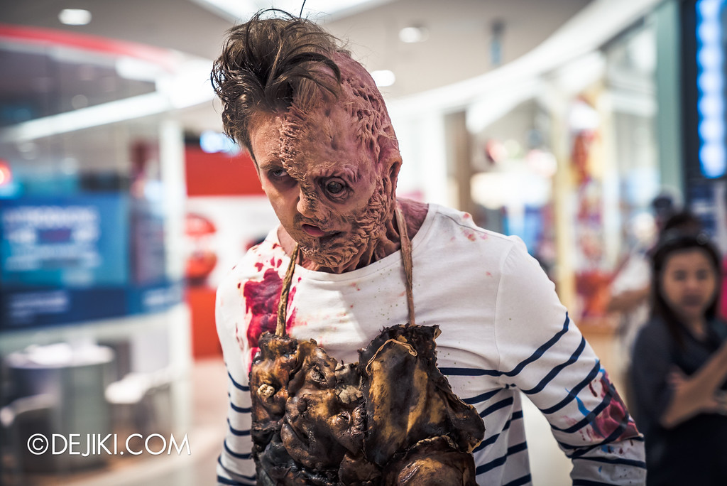 Universal Studios Singapore - Halloween Horror Nights 6 Before Dark Day Photo Report 3 - Scareactors at the Malls / Damien Shipman walking