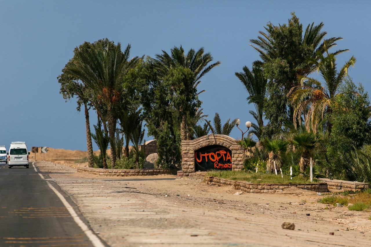 Egipt; Krajobraz; PrzezOknoAutobusu; Safari; pustynia; Resort turystyczny