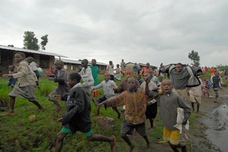 070115 4538 Burundi - School children on the road to Rutana _E _L ~E ~L.JPG