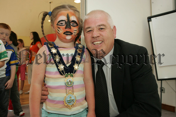 Mayor Michael Cole is pictured with Meabh Rob from Mullaghbawn during a visit to Ti Chulain who held a summer fun month organised by Orana Surestart. 07W35N9
