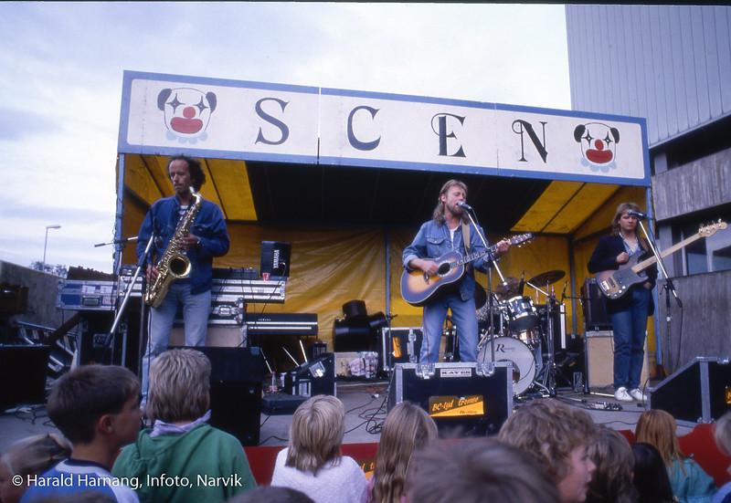 Narvikmessa, også kalt Mjølnermessa, utenfor Idrettens Hus,  29. august 1986. På scenen Halvdan Sivertsen (sang og gitar), Henning Gravrok på sax, Rune Mathisen på trommer og Geir Sørensen på bass. Alle spilte fast sammen med Halvdan på 80-tallet.