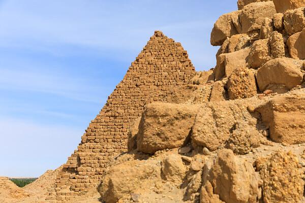 Pyramiden der kuschitischen Könige Karkamani (510 v. Chr., Vordergrund, Nu 7) und Aspelta (580 v. Chr., Hintergrund, Nu 8) - Nuri, Sudan